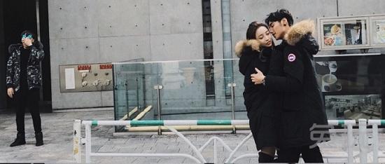 """众所周知,55开与UU是电竞圈的模范情侣,所谓模范情侣,就是经常以模特的身范儿去拍照的情侣。网友曾经还在他们于日本街头的一张图片中,惊讶地捕获了一名""""尾行痴汉""""。"""